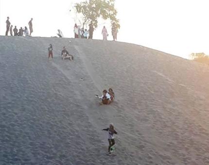 Wisatawan Berkunjung Ke Gumuk Pasir